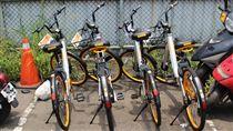 淡水拖吊場內堆放43輛遭取締的oBike單車。(圖/記者游承霖攝)