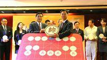 台糖長榮酒店總經理鄭東波(左)將代表酒店最高領導的「帥」承傳給吳建明(右)總經理