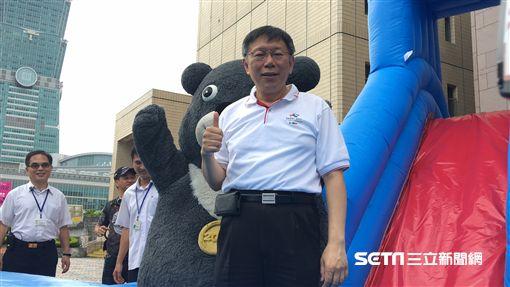 柯文哲出席2017台北河岸童樂會宣傳 和熊讚玩溜滑梯 盧冠妃攝