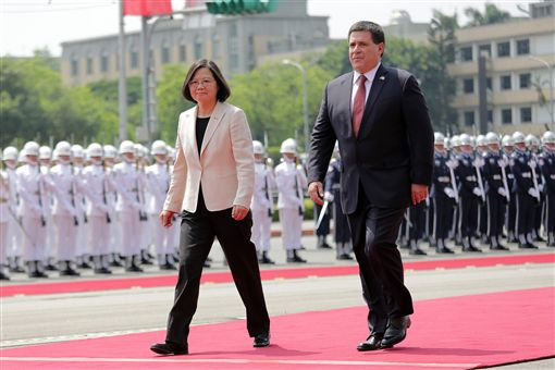 蔡英文以軍禮歡迎巴拉圭總統卡提斯。(總統府供應)