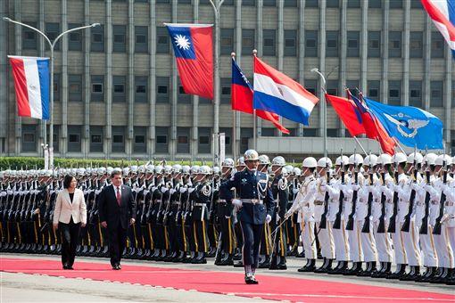 蔡英文以軍禮接待巴拉圭總統卡提斯。(總統府提供)