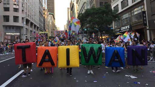 同志、同性戀、紐約同志大遊行祁家威率台灣花車參加、彩虹旗/中央社