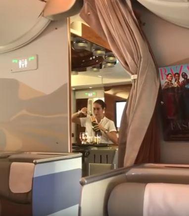 阿聯酋,空姐,香檳 圖/翻攝自ViralHog,YouTube