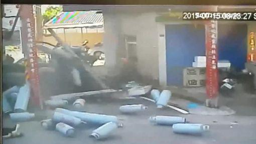 貨車載瓦斯撞廢棄屋 鋼瓶冒白煙好驚險