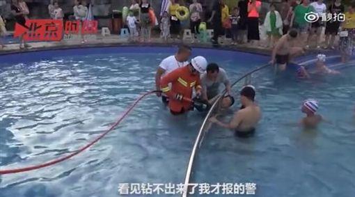 男童困游泳池欄杆/秒拍