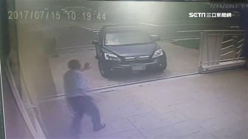 團結力量大!男童蹲校門慘遭車輾 附近工人合力抬車救人SOT