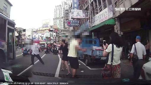 不滿被公車「逼車」!男打爆車門當街互毆