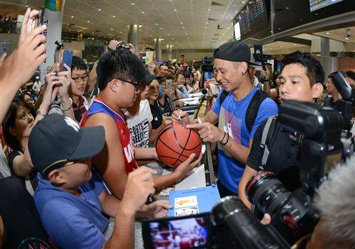 林書豪返抵台灣,與現場粉絲互動。(圖/adidas提供)