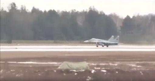 白俄羅斯米格-29戰機起火。(圖/翻攝自YouTube)