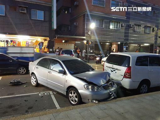 停在路旁的轎車也受到波及,受損嚴重。(圖/翻攝畫面)