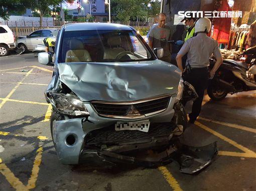 肇事的休旅車車頭凹陷。(圖/翻攝畫面)