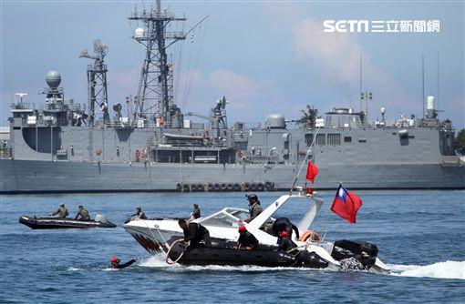 海軍陸戰隊兩棲偵搜大隊實施海上戰技綜合操演。(記者邱榮吉/左營拍攝)
