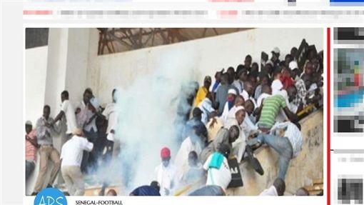 非洲塞內加爾首都達卡15日傳出球迷在足球聯賽冠亞軍賽爆發衝突,導致踩踏事件,造成至少8人死亡,49人受傷。 (圖取自塞內加爾通訊社www.aps.sn)