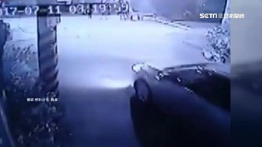 """""""砰""""一聲兩機車被撞 離奇塞進電桿縫"""