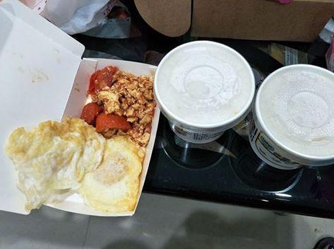 這幾樣清粥小菜要163元! 網友:100元是服務費?(圖/翻攝自爆料公社臉書)