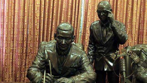 1952年汪孝熙(右)陪同時任外交部長葉公超與日本代表在台北賓館內簽訂「中日合約」。(圖/翻攝自網路)