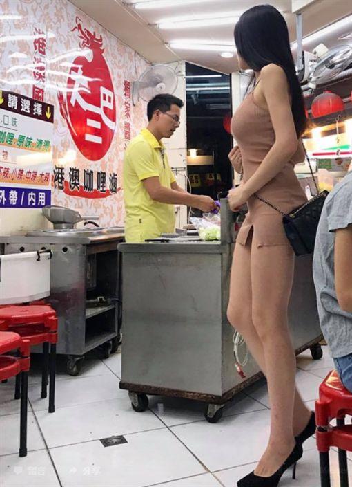 長腿辣妹買衛生紙 網友直喊:我也好需要(圖/翻攝自小公主有德臉書)