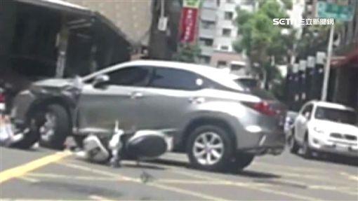 無照少年躲警撞車重傷