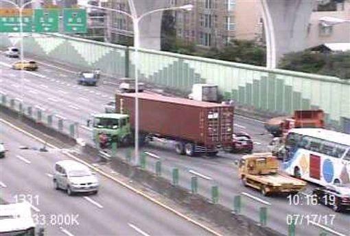 聯結車頭打橫在內側車道,車頭撞擊內側護欄導致石塊崩落,影響對向內側車道。(圖/翻攝自國道即時通)