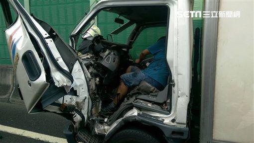 警消人員設法救出受困的小貨車駕駛。(圖/翻攝畫面)