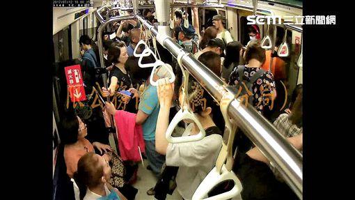 周女搭乘捷運途經龍山寺站時,遭簡翁不斷用下體磨蹭手臂,還因此明顯勃起,周女遂退至內側座位,簡翁見事跡敗露欲逃,卻被周女抓住手臂,並通知站務人員將其逮捕(翻攝畫面)