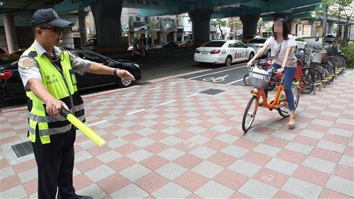 台北市自行車騎上人行道騎樓 開罰及勸導/中央社