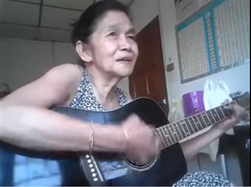 泰阿嬤神翻唱老歌 神情陶醉超投入 圖/翻攝自HeaRTBeaT YouTube