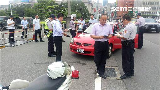 曹男下班回家經過總統府前時,突然下車朝維安軍警抗議,警方隨即將他帶回訊問,曹男認為凱道不該有五星旗飄揚(翻攝畫面)
