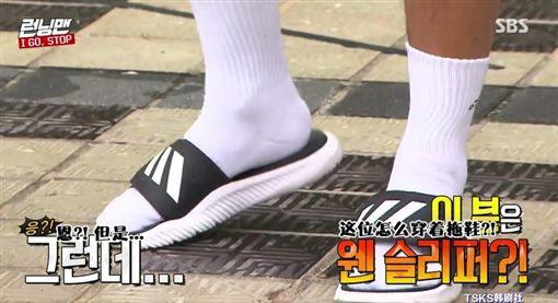 ▲金鐘國穿拖鞋錄RM。(圖/翻攝自SBS)