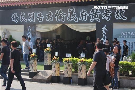 近500名黑衣人齊聚板橋殯儀館送別「一倫」。(圖/記者游承霖攝)