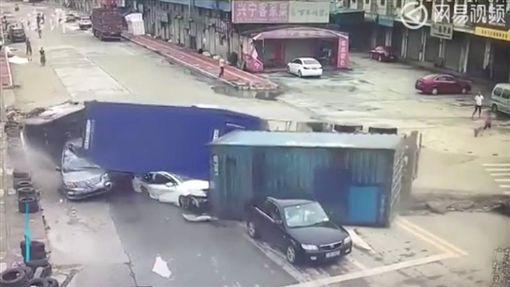 廣東東莞貨櫃車側翻壓扁轎車/youtube
