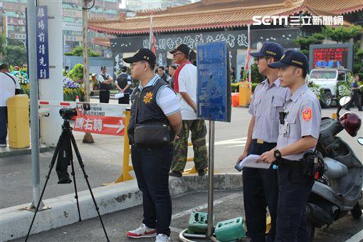 海山警分局派出大量警力前往公祭現場戒備、蒐證。(圖/記者游承霖攝)