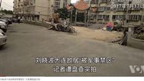 劉曉波的瀋陽老家已變成軍事管制區,不准民眾靠近與拍照。(圖取自VOA網站www.voachinese.com)