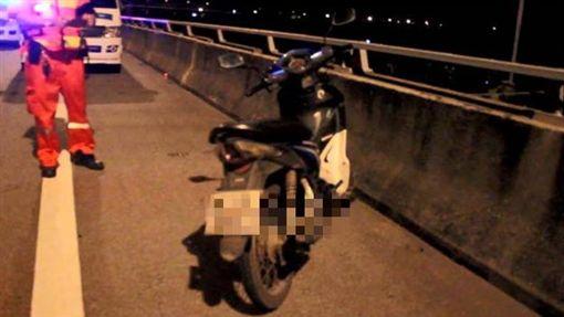 少女騎機車上高速公路玩自拍 被BMW撞死(圖/翻攝自Thainews)