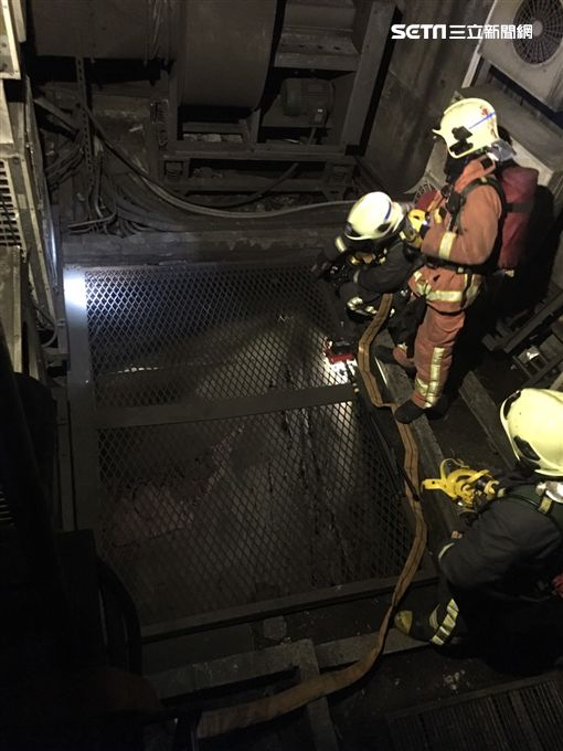 警消人員前往現場灌救。(圖/翻攝畫面)