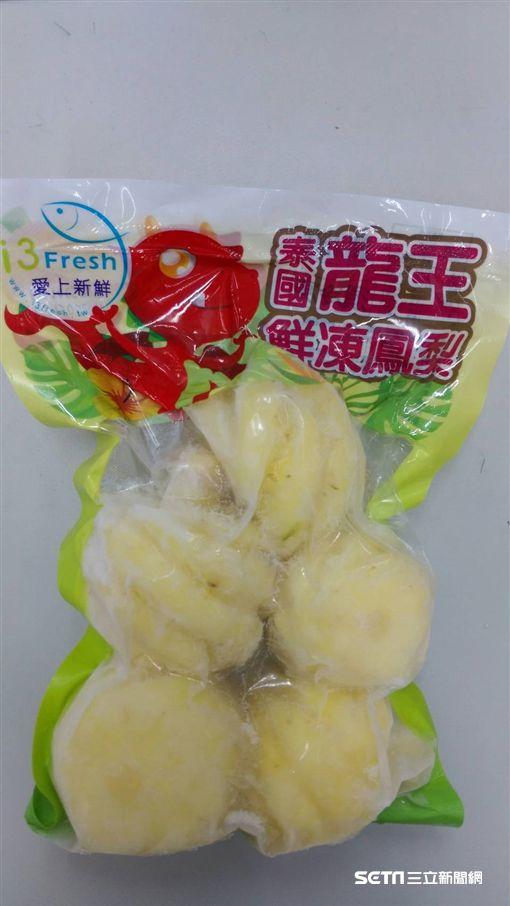 台北市衛生局接獲民眾投訴「泰國鮮凍龍王鳳梨」吃起來過甜,派員抽驗檢出含有我國法令生鮮水果不得添加的「甜精」。(圖/台北市衛生局提供)