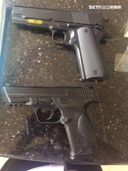 警方查扣2屁孩的空氣槍。(圖/翻攝畫面)