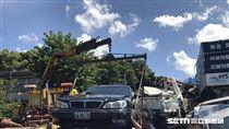 陽明山仰德大道發生死亡車禍,水泥預拌車下山時剎車失靈,先闖紅燈追撞橫向轎車,再追撞對向停等紅燈的汽機車(楊忠翰攝)