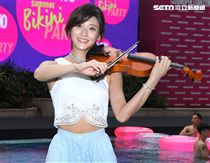 療癒歌手藍又時再現經典曲目,林逸欣小提琴演奏搖滾曲,讓粉紅時尚泳池派對嗨翻全場。(記者邱榮吉/攝影)