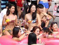 全台唯一粉紅時尚泳池派對,結合星空泳池電影院,如置身國外。(記者邱榮吉/攝影)