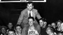 ▲John Kundla在1952年率領湖人拿下NBA總冠軍。(圖/美聯社/達志影像)