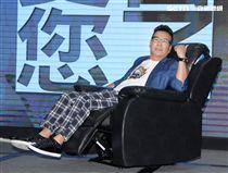沈玉琳代言沙發椅仍不忘搞笑。(記者邱榮吉/攝影)