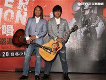 動力火車20周年「跟動力合唱」台北小巨蛋記者會,現場演唱經典歌曲,還透露演唱會的驚喜。(記者邱榮吉/攝影)