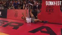 糗度滿分!柯瑞重現K湯360度灌籃掉漆(圖/翻攝自Dunk Fest Youtube)