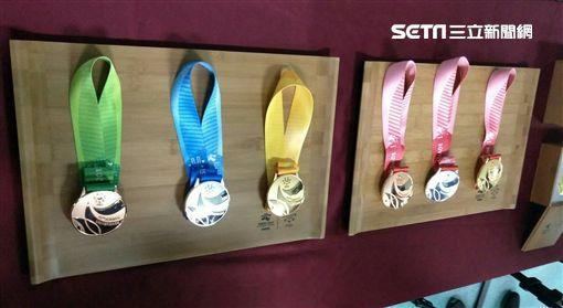 ▲台北世大運獎牌織帶顏色各有不同。(圖/記者林辰彥攝影)