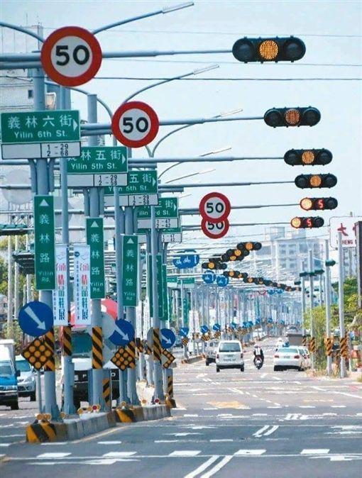 台南,紅綠燈,紅燈,罰單,路口,騎車,期待(圖/翻攝自震憾的祕密公社)