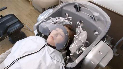 洗頭,懶人,救星,機氣,自動,頭髮,洗澡,清潔,按摩,頭皮(圖/翻攝自YouTube) ID-993409