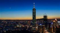 台北101,夜景,象山 圖/攝影者Artemas Liu, Flickr CCLicense https://flic.kr/p/JNTyHN