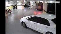 4名嫌犯駕駛著白色轎車,尾隨劉男進入地下停車場。(圖/翻攝畫面)