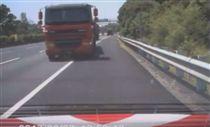 國道3號新竹香山路段 拖板車追撞警車 行車紀錄器/國道公路警察局臉書